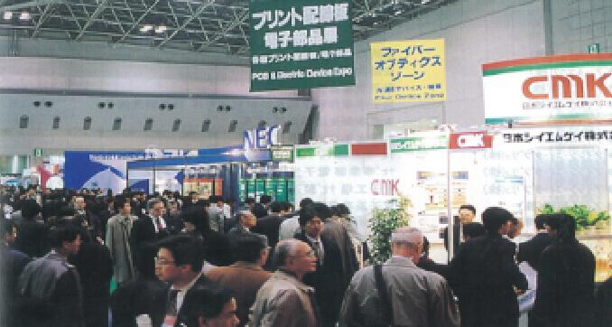 第1回 プリント配線板 EXPO会場内の様子。特定の製品に特化して出展社を集めたことにより、商品の比較・商談を求める来場者が殺到した。