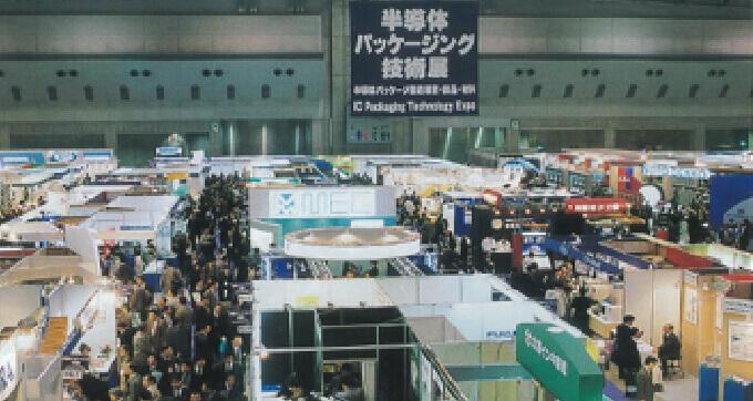 第1回 半導体・センサ パッケージング技術展ほか3展の新規開催により盛大に賑わったネプコンジャパンの会場内の様子。このような通路が24本並んだ。