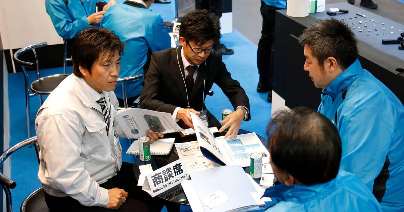 会場内のあちこちで繰り広げられる真剣な商談の風景。今まで東京や大阪に出張することができなかった愛知周辺の工場の現場スタッフの来場も多くみられる。