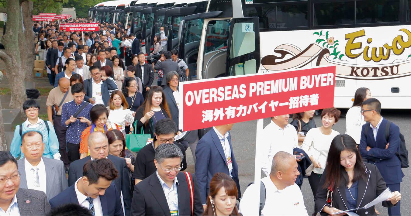 リードがチャーターしたバスから降り、大挙して会場へ向かう海外のバイヤー。