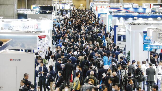 例年通り来場者で混雑する、ファインテック ジャパン会場。「とても信じられない光景だ」 と、多くの参加者が口にしていた。